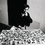 Alighiero Boetti davanti alla Storia naturale della moltiplicazione nel suo studio, 1976 - foto Gianfranco Gorgoni