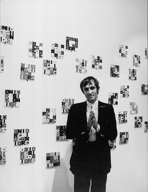 "Alighiero Boetti in ""Identité italienne"" at the Center Georges Pompidou in Paris 1980, photo by Nanda Lanfranco"