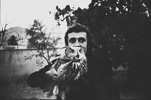Alighiero Boetti and the owl Rémè in Kabul in 1972, Courtesy of Alighiero Boetti Archive