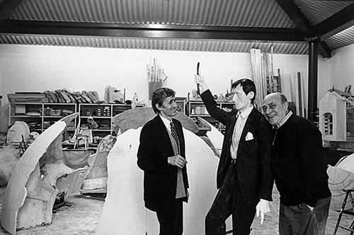Alighiero Boetti, Arnaldo Pomodoro e Autoritratto. Foto di Carlo Orsi, 1993