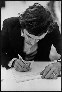 Alighiero Boetti mentre realizza il ritratto di Giorgio Colombo alla galleria Franco Toselli a Milano, 1973 - foto di Giorgio Colombo