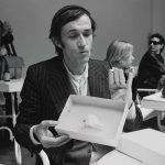 Alighiero Boetti con la farfalla di Io che prendo il sole a Torino il 19 gennaio 1969 – Biennale di Venezia 1980 – foto Giorgio Colombo