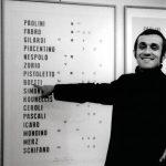 Alighiero Boetti davanti a Manifesto - Galleria Toselli di Milano, 1970 - foto Paolo Mussat Sartor