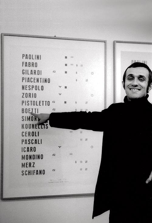 Alighiero Boetti davanti al Manifesto alla galleria Franco Toselli a Milano 1970, foto Paolo Mussat Sartor