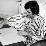 Alighiero Boetti durante la realizzazione del Dossier Postale a Milano, 1970 - foto Giorgio Colombo