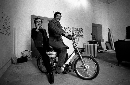 Alighiero Boetti e Salman Ali nello studio di Piazza S. Apollonia 3, 1975. Foto Giorgio Colombo