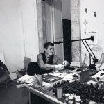 Alighiero Boetti nel suo studio, 1988 – foto Giorgio Colombo