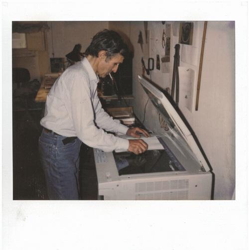 Alighiero Boetti nel suo studio, 1990 - Courtesy Archivio Alighiero Boetti