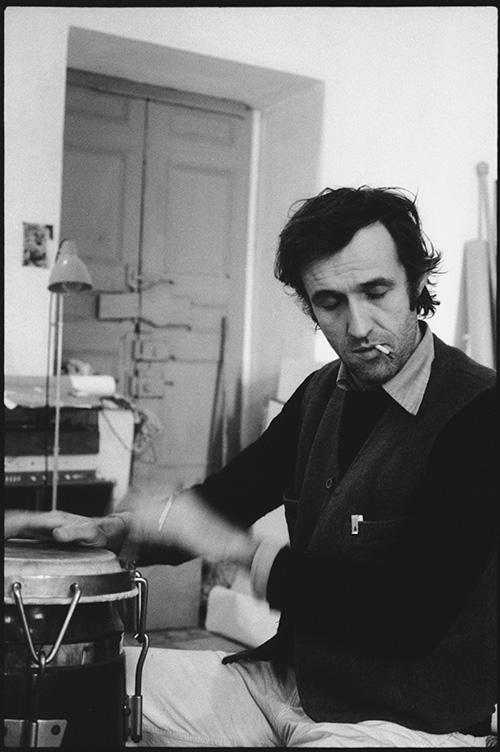 Alighiero Boetti davanti a Estate'70 nel suo studio romano, 1975 - foto di Antonia Mulas