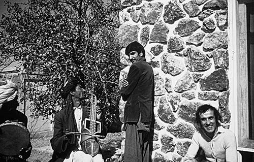 Alighiero Boetti con dei musicisti al One Hotel a Kabul nel 1971 - courtesy Archivio Alighiero Boetti