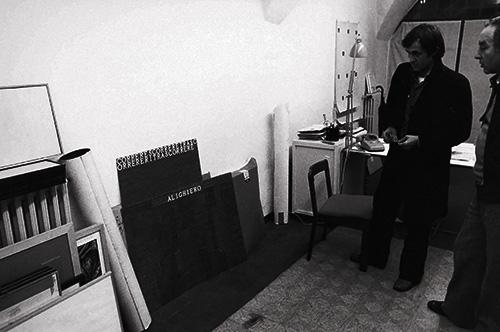 Alighiero Boetti con alcune sue opere in deposito alla Galleria Banco/ Massimo Mini, Brescia, foto di Ken Damy