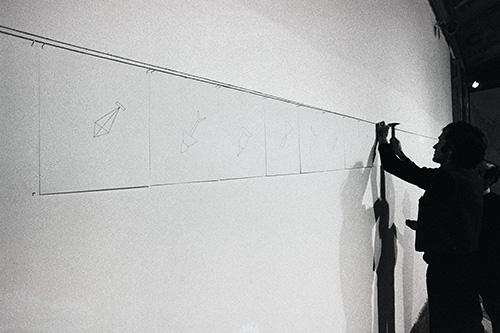 Alighiero Boetti allestisce le 42 bombe. foto Giorgio Colombo