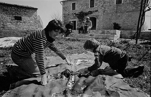 Alighiero Boetti guarda le sue Mappe in famiglia a Todi - foto di Gianfranco Gorgoni, 1975